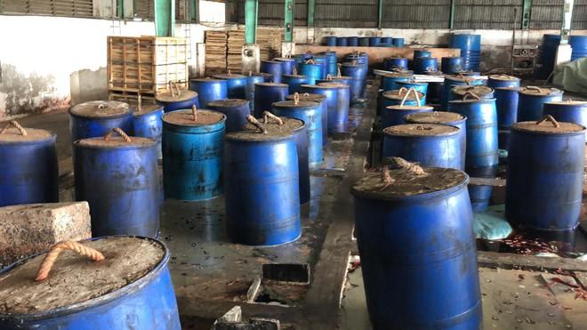 Ớn lạnh với quy trình sơ chế ớt lẫn ruồi, gián ở Sài Gòn - Ảnh 1.