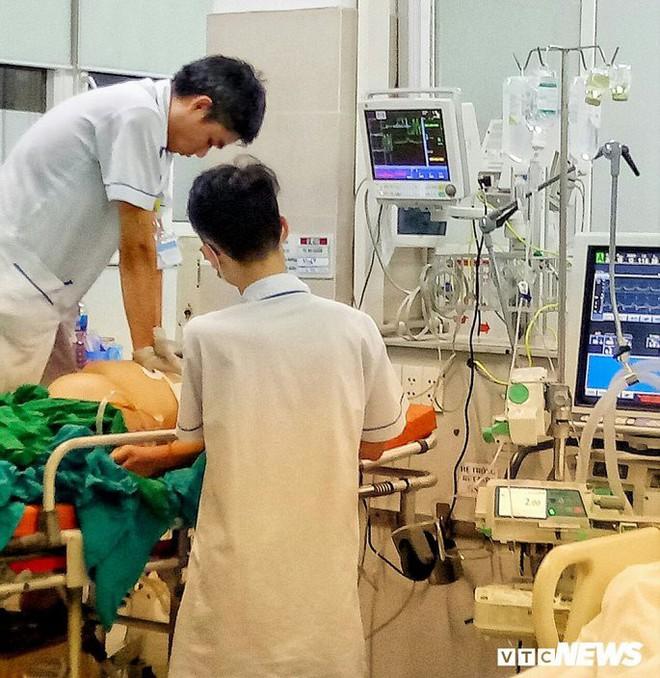 Một đêm giành giật sinh mạng với tử thần của những chiến binh áo trắng bệnh viện Bạch Mai - Ảnh 3.