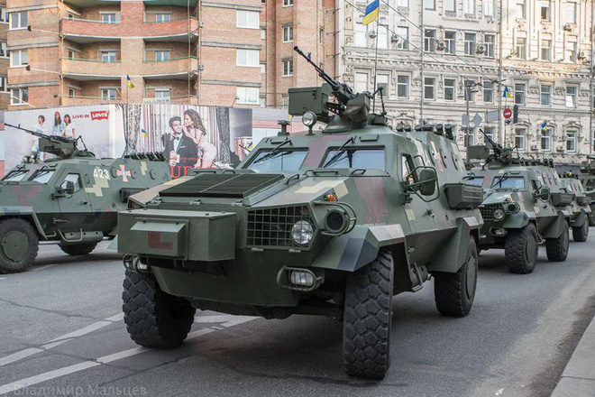 Ukraine duyệt binh, khoe sức mạnh quân sự răn đe ly khai miền Đông - ảnh 1