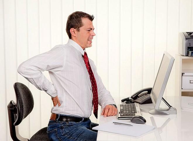 Nam giới ngồi thế nào để không sinh bệnh: Bí quyết ngồi đúng cách mọi quý ông cần biết - Ảnh 1.