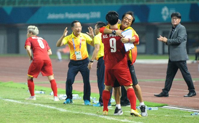 Không phải HLV Park Hang-seo, Công Phượng chạy đến ôm người đàn ông này khi ghi bàn mang về chiến thắng cho Olympic Việt Nam