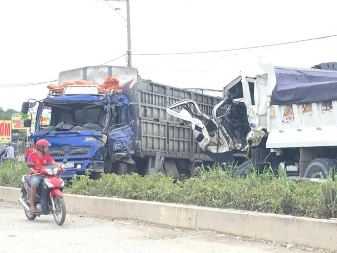 Xe ben gây tai nạn liên hoàn khiến 3 ô tô dính vào nhau, 2 người mắc kẹt trong cabin - Ảnh 2.
