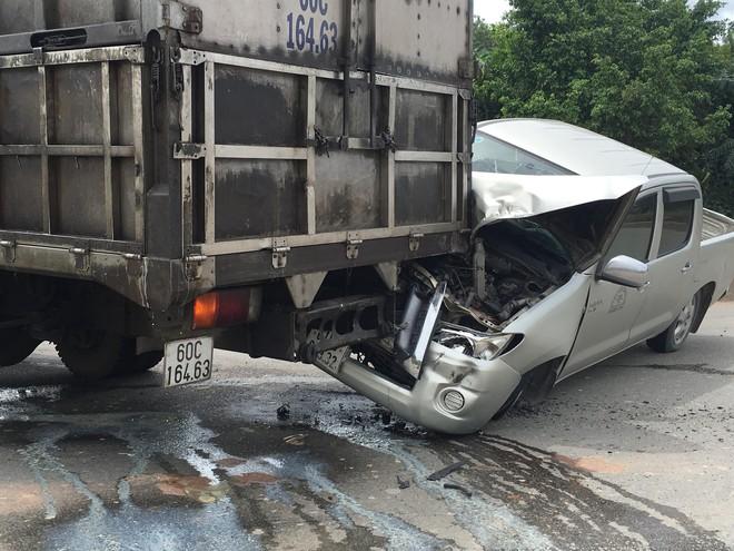 Xe ben gây tai nạn liên hoàn khiến 3 ô tô dính vào nhau, 2 người mắc kẹt trong cabin - Ảnh 4.