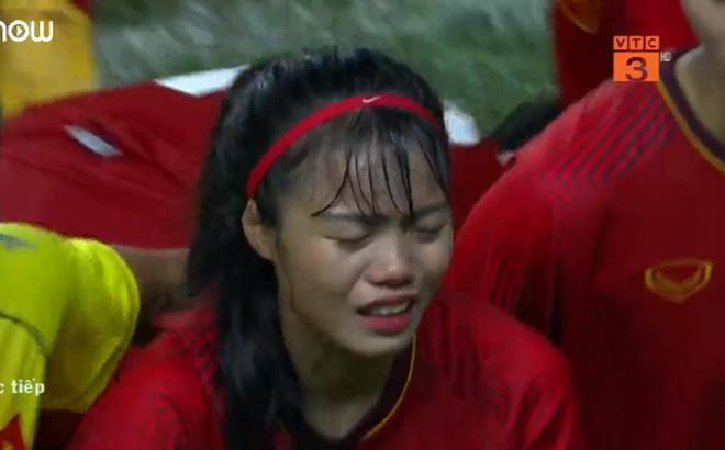 Hối hận vì quả 11m trượt, nữ cầu thủ Việt Nam khóc ngất, phải nhờ đồng đội dìu khỏi sân 1