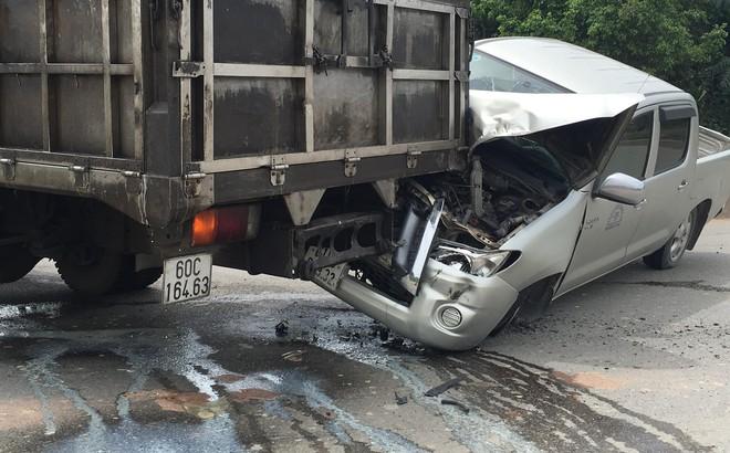 Xe ben gây tai nạn liên hoàn khiến 3 ô tô dính vào nhau, 2 người mắc kẹt trong cabin