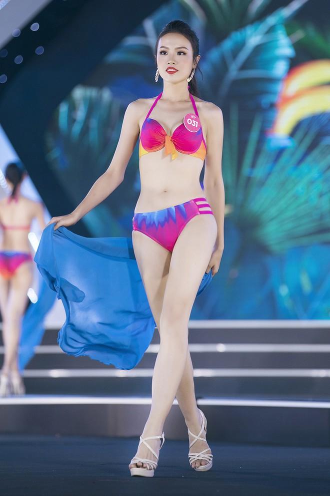 Lộ diện 3 thí sinh có thân hình đẹp nhất Hoa hậu Việt Nam sau màn thi bikini bốc lửa - Ảnh 1.