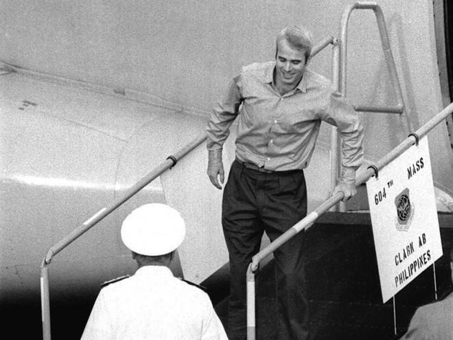 Cuộc đời Thượng nghị sĩ John McCain qua ảnh: Người bạn lớn có nhiều duyên nợ với Việt Nam - Ảnh 4.