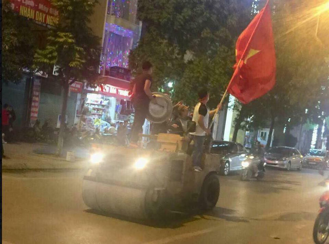CĐV Việt Nam siêu ngầu, mang cả xe lu, xe kéo đi bão sau chiến thắng lịch sử - Ảnh 2.