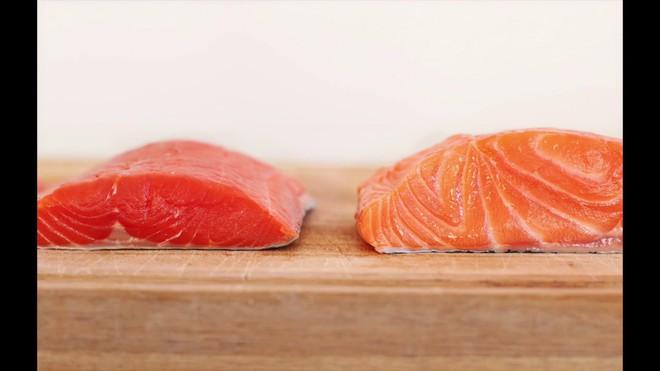 Nên ăn cá hồi màu hồng đậm hay hồng nhạt: Cho con ăn nhiều nhưng ít bà mẹ biết cách chọn - Ảnh 2.