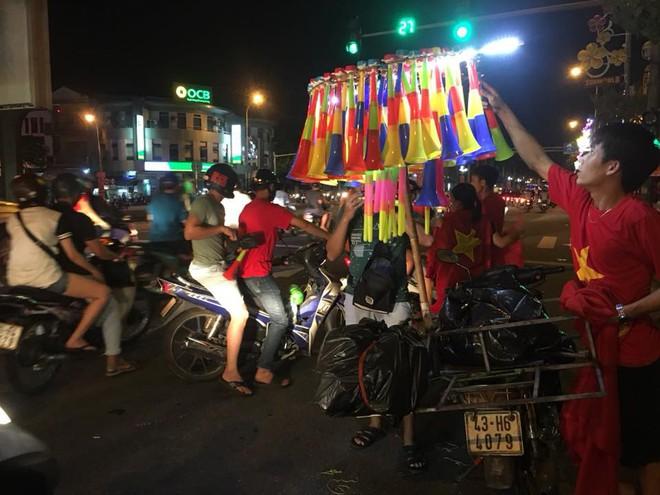 Việt Nam chiến thắng, hàng triệu người nhuộm đỏ đường phố, CĐV quá khích đốt pháo sáng - Ảnh 11.