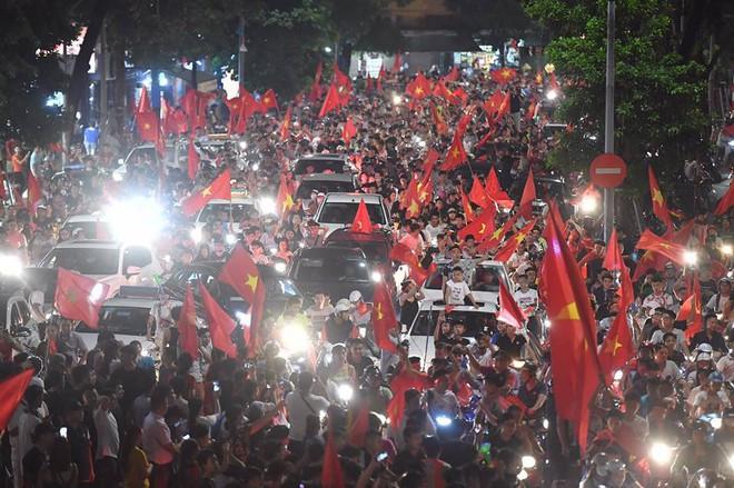 Việt Nam chiến thắng, hàng triệu người nhuộm đỏ đường phố, CĐV quá khích đốt pháo sáng - Ảnh 3.