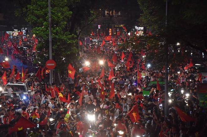 Việt Nam chiến thắng, hàng triệu người nhuộm đỏ đường phố, CĐV quá khích đốt pháo sáng - Ảnh 4.