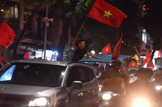 Việt Nam chiến thắng, hàng triệu người nhuộm đỏ đường phố, CĐV quá khích đốt pháo sáng - Ảnh 5.
