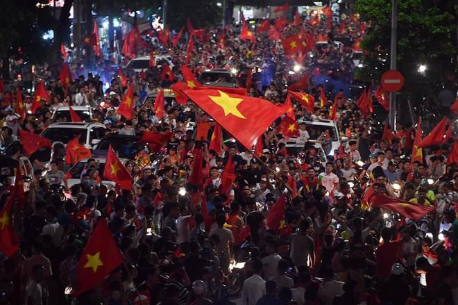 Việt Nam chiến thắng, hàng triệu người nhuộm đỏ đường phố, CĐV quá khích đốt pháo sáng - Ảnh 7.
