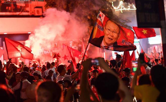 Việt Nam chiến thắng, hàng triệu người nhuộm đỏ đường phố, CĐV quá khích