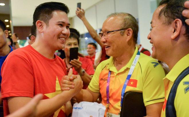 Chủ tịch Asanzo xuống sân thưởng nóng cho Olympic Việt Nam ngay sau màn thư hùng với Syria