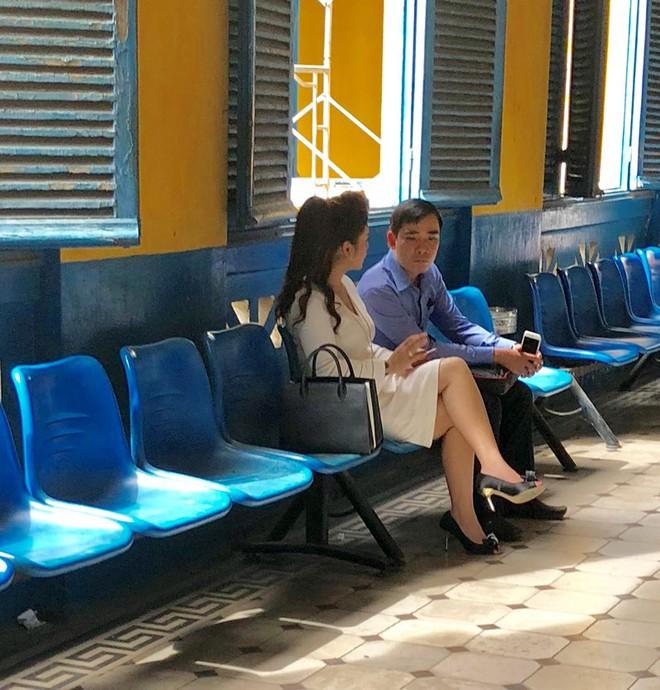 Ông Đặng Lê Nguyên Vũ đeo giỏ xuất hiện tại tòa TP.HCM - ảnh 1