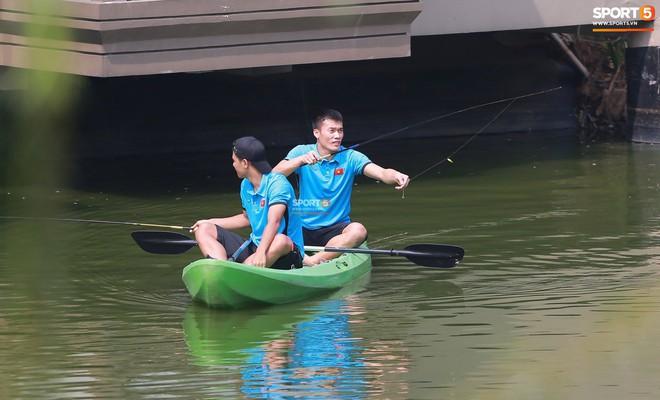 Olympic Việt Nam câu cá thư giãn hướng tới trận gặp UAE tranh Huy chương đồng ASIAD 18 10