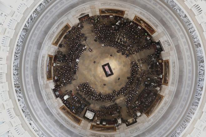 [Ảnh] Mưa và nước mắt trong lễ viếng Thượng nghị sĩ John McCain tại Điện Capitol - Ảnh 1.