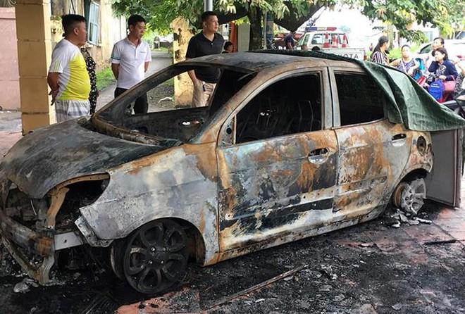 Xe ô tô của đại uý CSGT bị đốt cháy rụi trước cổng trụ sở - Ảnh 1.