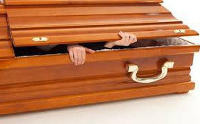 Hi hữu: Chui vào quan tài làm lễ trừ tà rồi qua đời vì ngạt thở