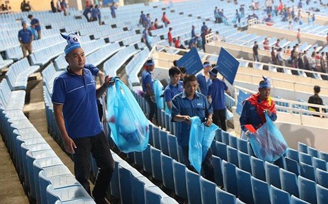 Cổ động viên chung tay dọn rác sau trận đấu của U23 Việt Nam