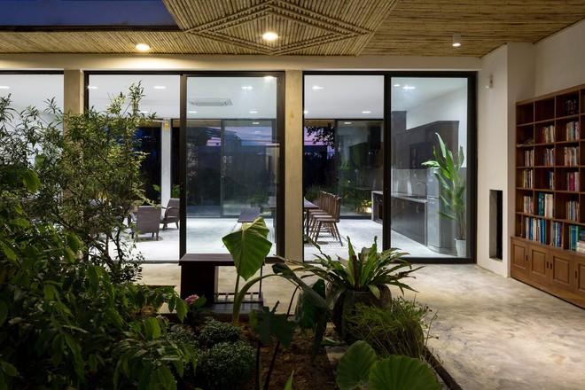 Nhìn hoang sơ, dân dã nhưng vào bên trong, bạn sẽ choáng ngợp với vẻ hiện đại của căn nhà - Ảnh 7.