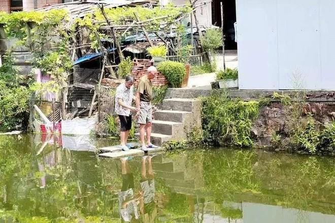 Ông Từ và vợ bên con sông cạnh nhà