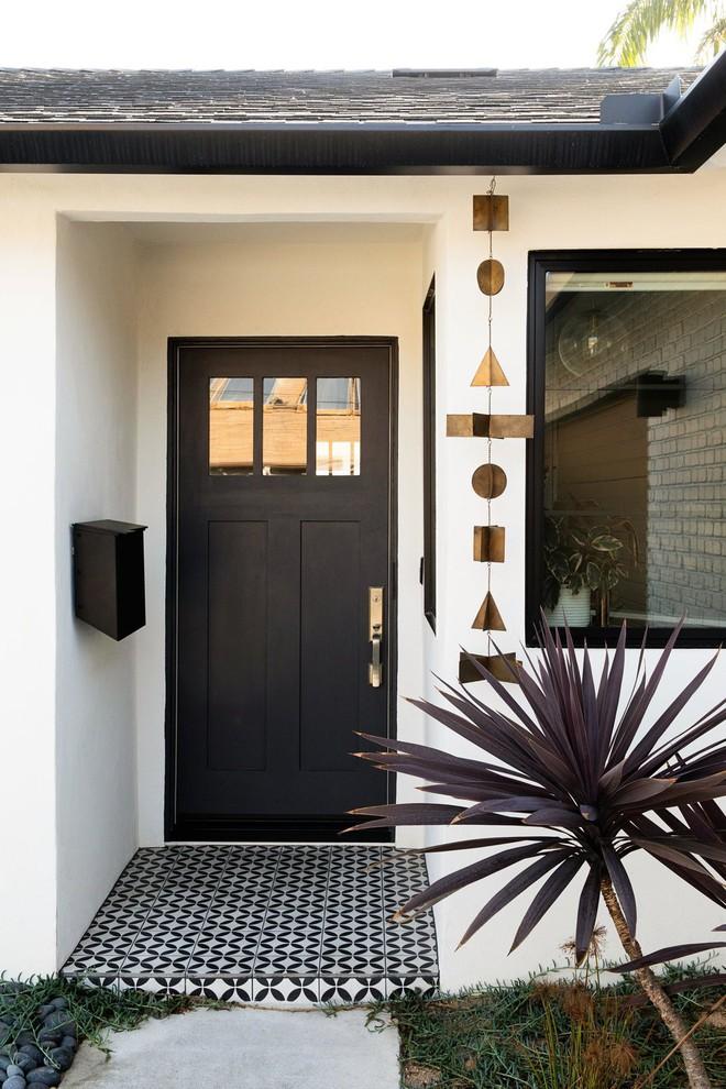 Sự tinh tế của một nhà thiết kế đã giúp ngôi nhà lột xác hoàn toàn. Ngay từ cửa ra vào, ngôi nhà đã đầy mời gọi với những món đồ decor xinh xắn.