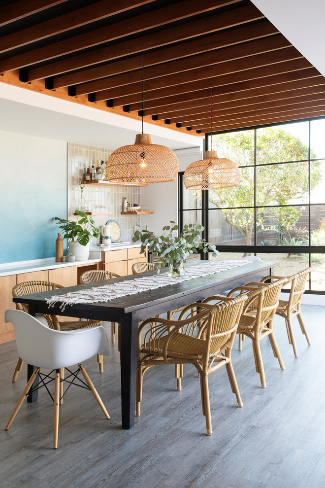 Khu ăn uống mang hơi hướng Địa Trung Hải với bức tường xanh biển ombre.