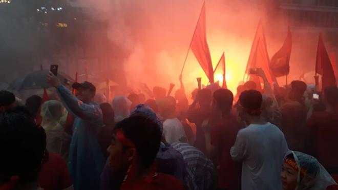 [Trực tiếp] Người Sài Gòn nổi lửa giữa phố đi bộ cổ vũ tuyển U23 Việt Nam - Ảnh 1.