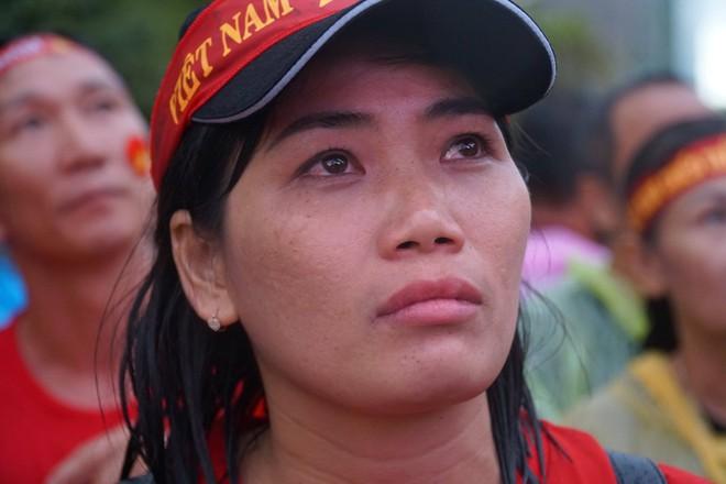 [Trực tiếp] Người Sài Gòn khóc dưới mưa khi tuyển U23 Việt Nam thua trận - Ảnh 3.