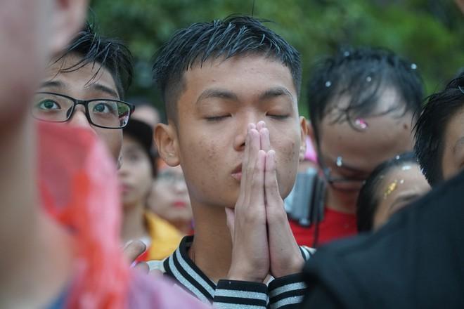 [Trực tiếp] Người Sài Gòn khóc dưới mưa khi tuyển U23 Việt Nam thua trận - Ảnh 4.