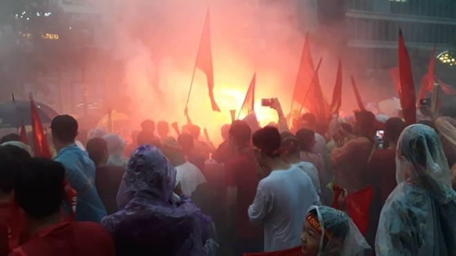 [Trực tiếp] Người Sài Gòn nổi lửa giữa phố đi bộ cổ vũ tuyển U23 Việt Nam - Ảnh 2.