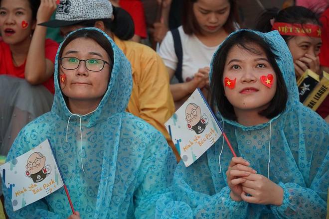 [Trực tiếp] Người Sài Gòn khóc dưới mưa khi tuyển U23 Việt Nam thua trận - Ảnh 1.