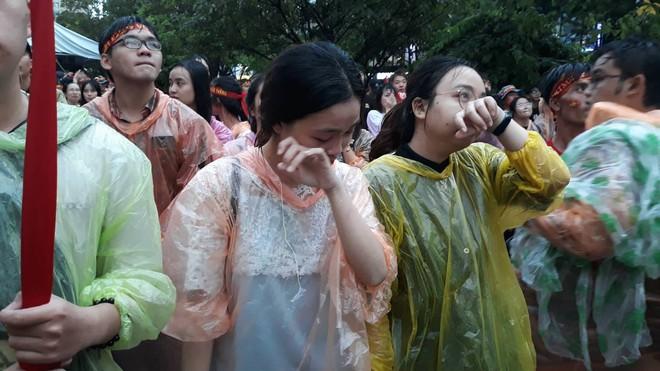 [Trực tiếp] Người Sài Gòn khóc dưới mưa khi tuyển U23 Việt Nam thua trận - Ảnh 2.