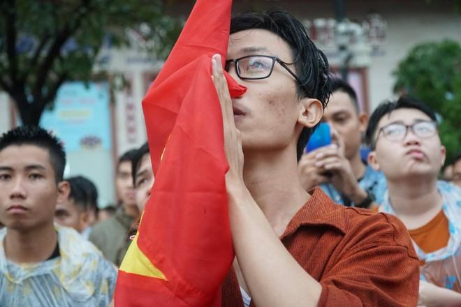 [Trực tiếp] Người Sài Gòn khóc dưới mưa khi tuyển U23 Việt Nam thua trận - Ảnh 5.
