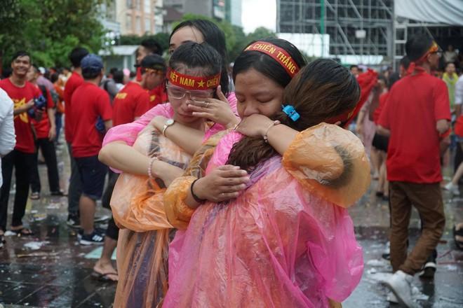 [Trực tiếp] Người Sài Gòn khóc dưới mưa khi tuyển U23 Việt Nam thua trận - Ảnh 6.