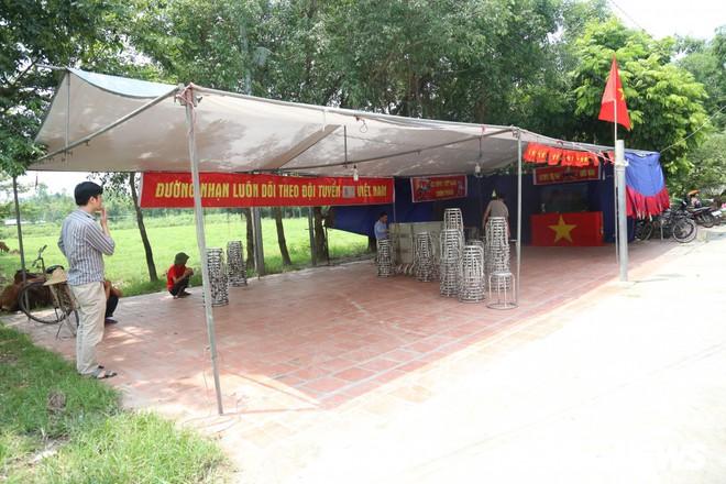 [Trực tiếp] Gia đình Quang Hải dựng rạp, mở tiệc đón người hâm mộ cổ vũ tuyển Olympic Việt Nam gặp UAE - Ảnh 3.