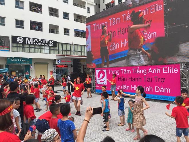 [Trực tiếp] Gia đình Quang Hải dựng rạp, mở tiệc đón người hâm mộ cổ vũ tuyển Olympic Việt Nam gặp UAE - Ảnh 2.