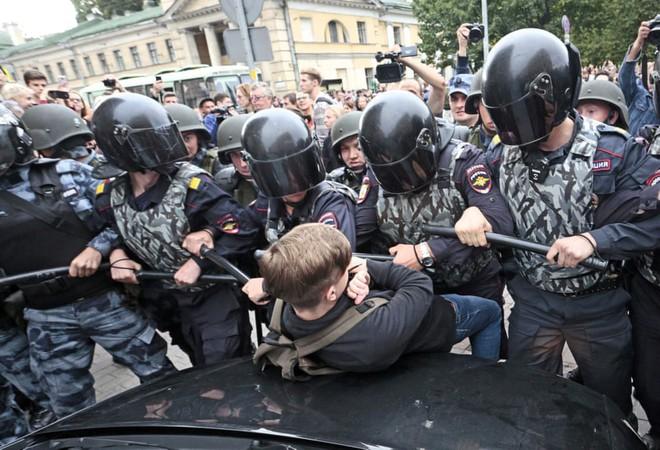 24h qua ảnh: Cảnh sát bao vây cậu bé biểu tình ở Nga - Ảnh 3.