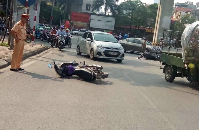 Xế hộp Camry tông liên hoàn trên phố Hà Nội, 2 người bị thương - Ảnh 2.