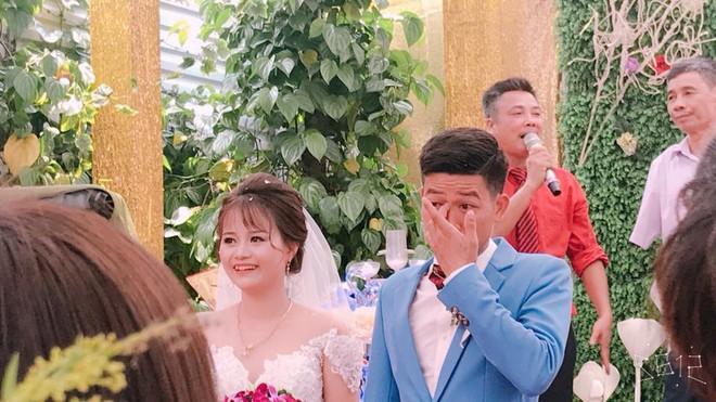 Bức ảnh hot nhất ngày: Cô dâu cười tươi như hoa, chú rể khóc nức nở trong đám cưới - Ảnh 3.