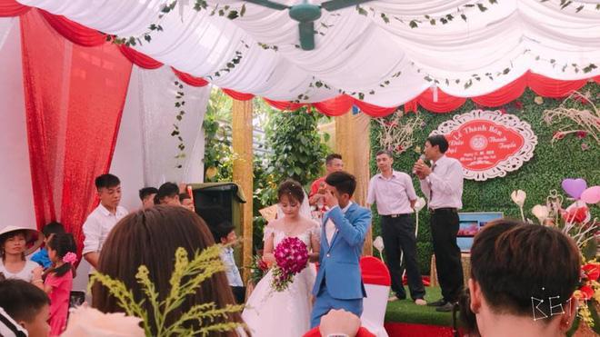 Bức ảnh hot nhất ngày: Cô dâu cười tươi như hoa, chú rể khóc nức nở trong đám cưới - Ảnh 4.
