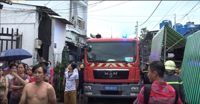 Gần 100 cảnh sát chữa cháy tại công ty hóa chất ở Sài Gòn - Ảnh 1.