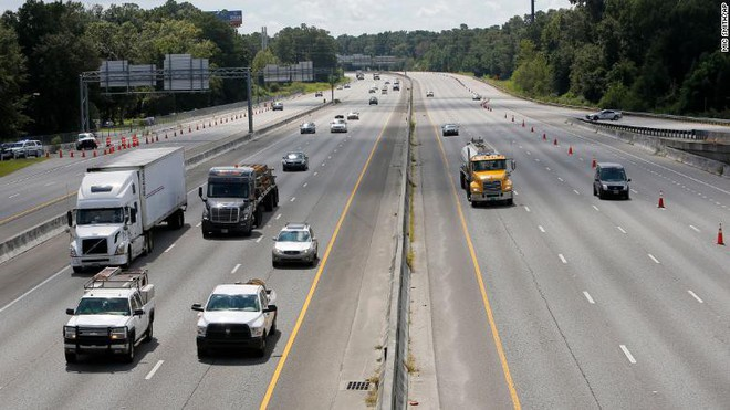 HÌnh ảnh người dân ở Bắc Carolina tiến hành di chuyển đến vùng an toàn. Nguồn: AP
