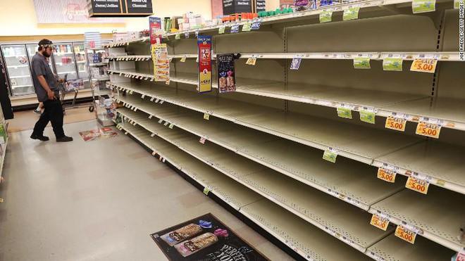 Quầy hàng ở siêu thị hết sạch hàng hóa do người dân mua dự trữ. Nguồn: Getty