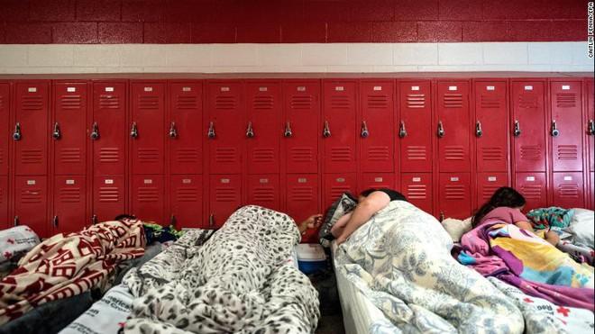 Những người dân Mỹ ngủ nghỉ tại khu vực lưu trú an toàn. Ảnh