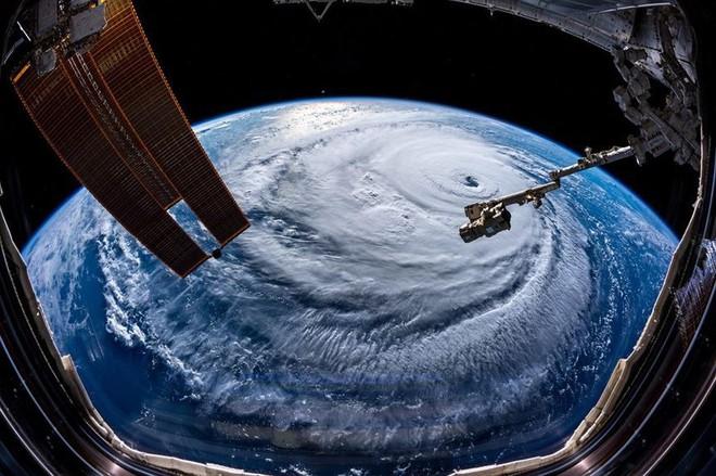 Từ trạm vũ trụ, phi hành gia vẫn rùng mình vì bão Florence - Ảnh 1.