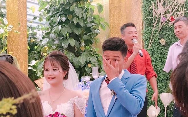 """Bức ảnh """"hot"""" nhất ngày: Cô dâu cười tươi như hoa, chú rể khóc nức nở trong đám cưới"""